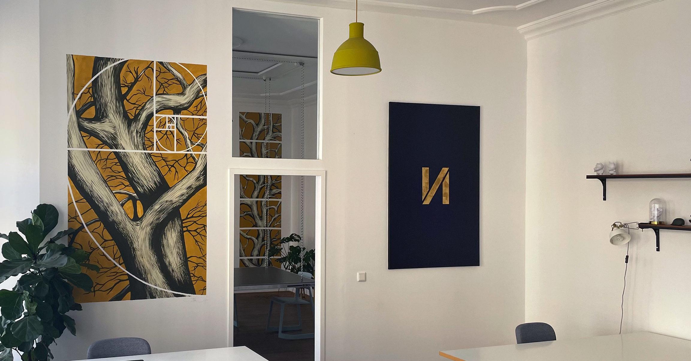 studio ansicht des enno studio mit den zwei gemälden von Luca Zamoc